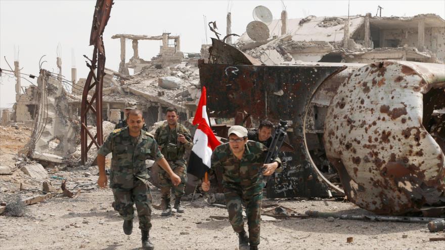 Fuerzas del Ejército sirio, desplegados cerca del campamento de refugiados de Al-Yarmuk, en el sur de Damasco (capital de Siria), 26 de abril de 2018.