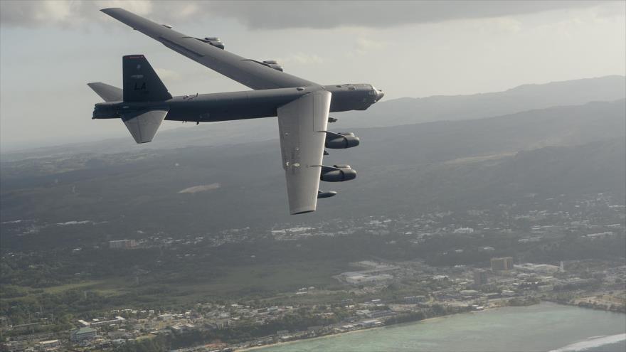 Un bombardero estratégico B-52 de EE.UU. sobrevuela las costas de Guam, en el océano Pacífico, durante un ejercicio militar.