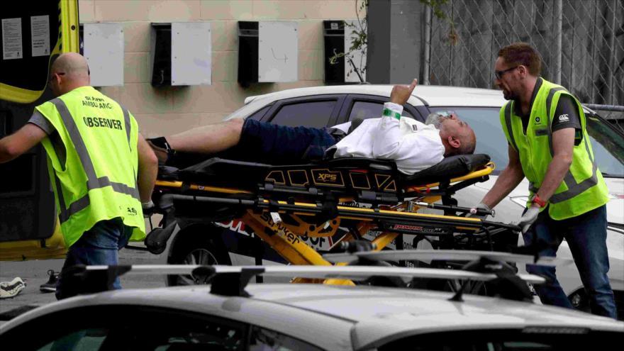 Paramédicos trasladan a un hombre herido tras ataques islamófobos, Christchurch, Nueva Zelanda, 15 de marzo de 2019.