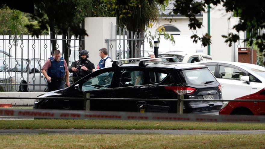 Agentes de Policía desplegados en la mezquita Al-Nur en Christchurch (Nueva Zelanda) tras un tiroteo, 15 de marzo de 2019. (Foro: AFP)