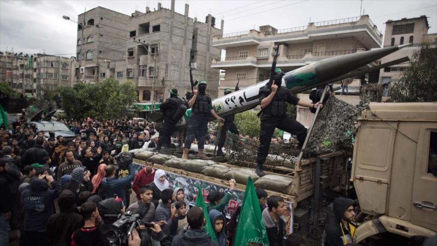 Combatientes del ala militar de HAMAS presentan un misil durante un desfile en la Franja de Gaza.