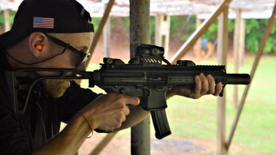 Un ciudadano estadounidense realizas prácticas de tiros.