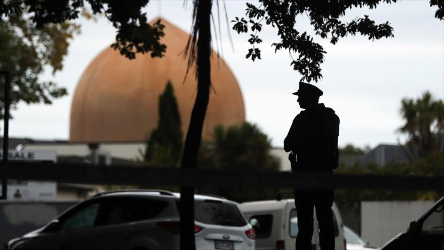 Un policía neozelandés hace guardia junto a la mezquita Al Noor en Christchurch, el 16 de marzo de 2019. (Fuente: AFP)