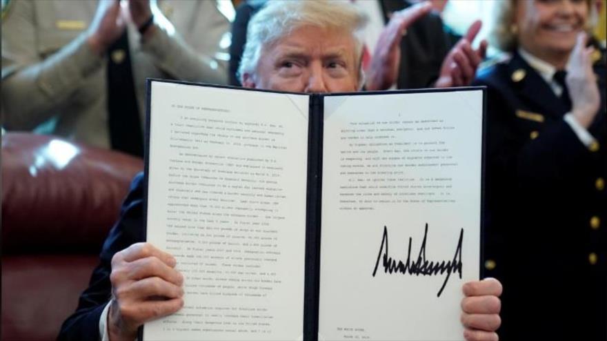 El presidente de EE.UU., Donald Trump, enseña su veto a la resolución del Congreso contra el estado de emergencia, 15 de marzo de 2019. (Foto: Reuters)