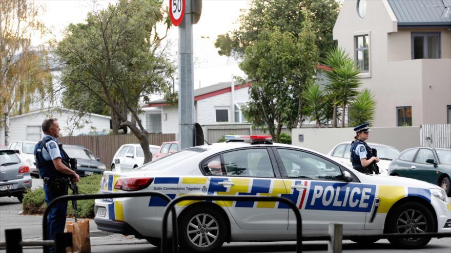 Agentes de la Policía de Nueva Zelanda desplegados frente a una de las mezquitas que fue atacada, 15 de marzo de 2019. (Fuente: AFP)