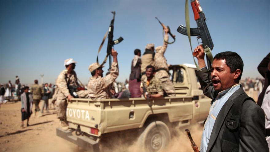 Combatientes del movimiento popular yemení Ansarolá congregados en una localidad en Saná.