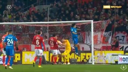 Vídeo: Futbolista iraní da un salto y choca con el larguero