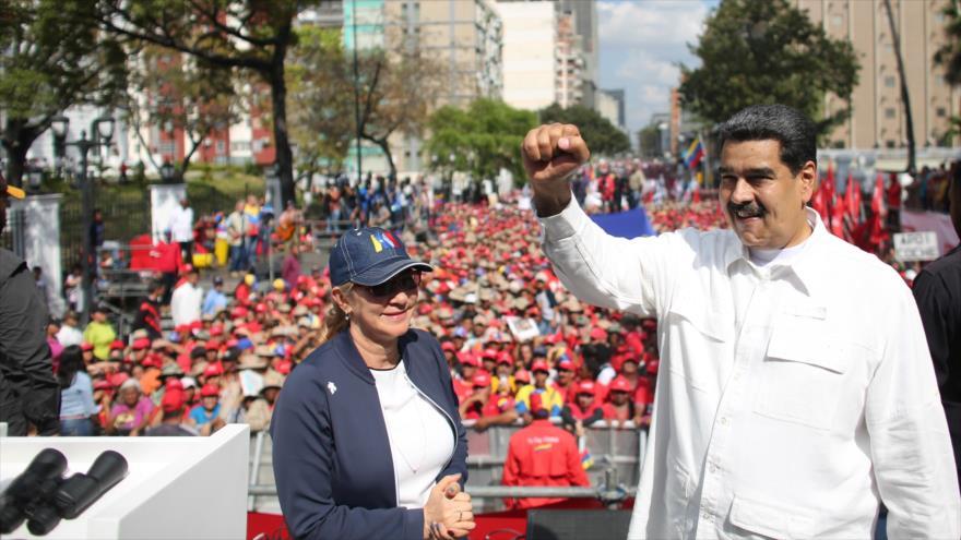 El presidente de Venezuela, Nicolás Maduro, junto a su esposa Cilia Flores, en una marcha progubernamental en Caracas, 9 de marzo de 2019. (Foto: AFP)