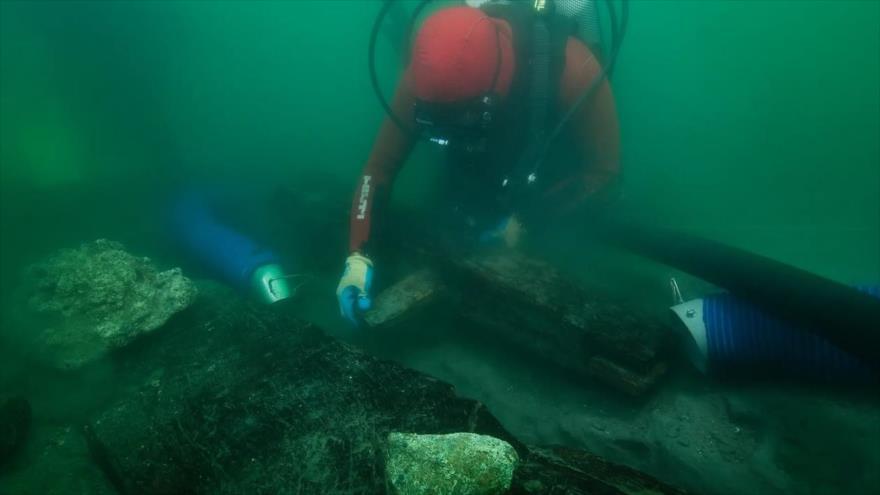 Un arqueólogo inspecciona restos de un naufragio descubierto en las aguas alrededor de la ciudad egipcia de Thonis-Heracleion. (Foto: The Guardian)