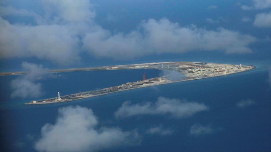 Una isla artificial construida por Pekín en el disputado mar de la China Meridional.