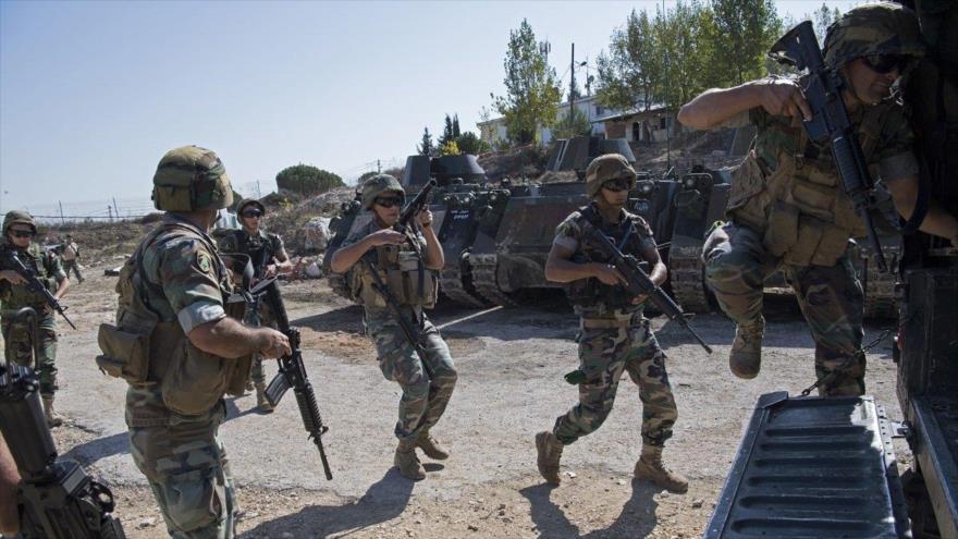 Varios efectivos del Ejército libanés suben a sus vehículos de patrullaje en el sur de El Líbano.
