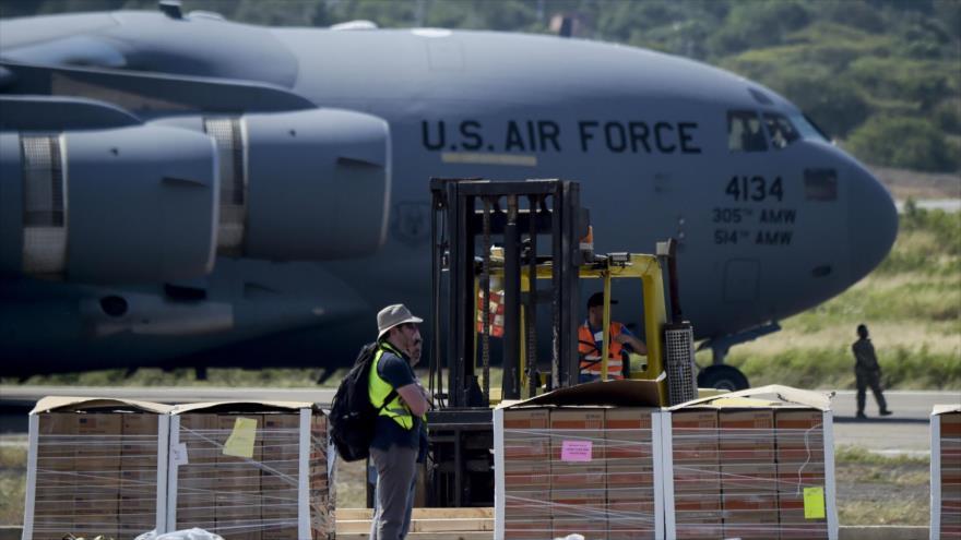 Supuesta ayuda humanitaria para Venezuela, descargada de aviones militares de EE.UU. en Cúcuta, Colombia, 16 de febrero de 2019. (Foto: AFP)