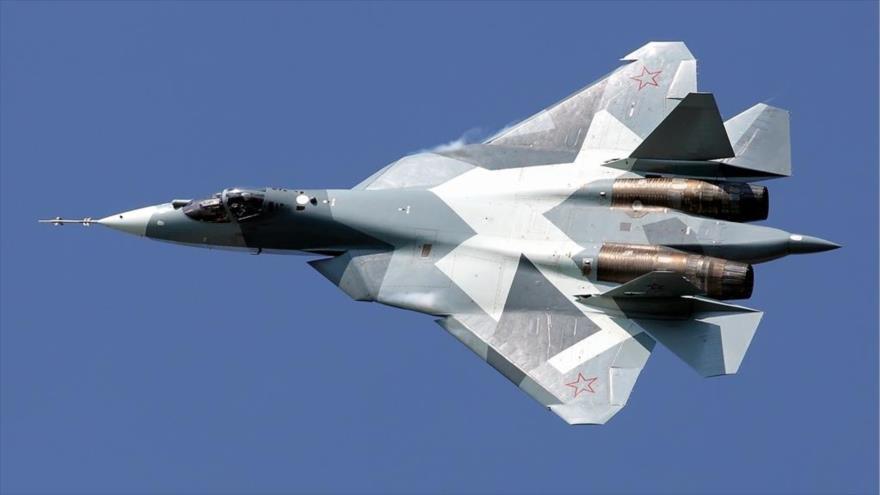 Un caza furtivo Sujoi Su-57 ruso en pleno vuelo.