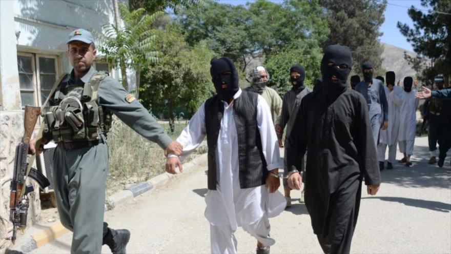 Miembros de la banda terrorista EIIL (Daesh, en árabe) en la sede de la policía en Jalalabad, Afganistán, 29 de mayo de 2017. (Foto: AFP)