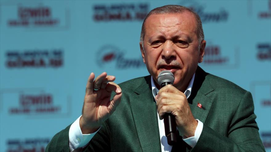 El presidente turco, Recep Tayyip Erdogan, habla ante los simpatizantes de su partido AKP en la ciudad de Izmir, 17 de mayo de 2019. (Foto: AFP)