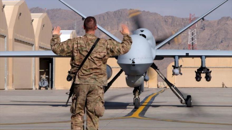 Un militar estadounidense guía a un dron de ataque antes de despegar.