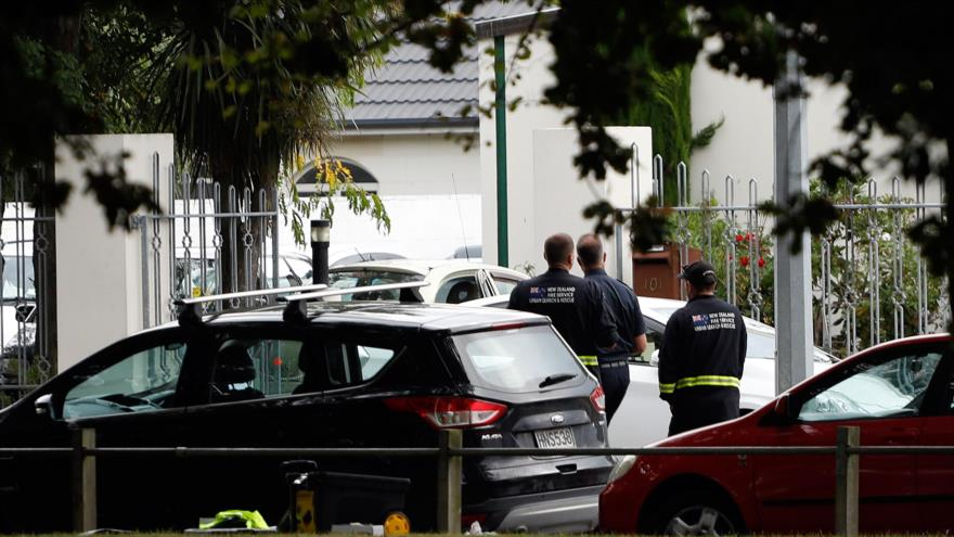 Funcionarios de seguridad, fuera de la mezquita Al-Noor en la ciudad neozelandesa de Christchurch, después de un ataque terrorista, 15 de marzo de 2019. (Foto: AFP)