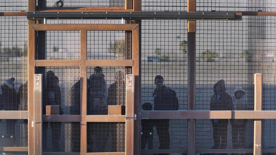 Migrantes permanecen juntos a lo largo del muro fronterizo de EE.UU., en el estado de Texas, 12 de febrero d2 2019.