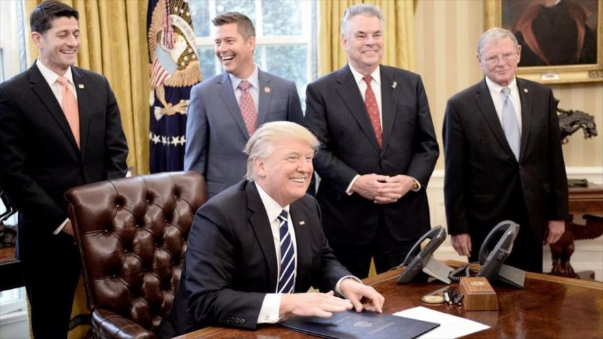 El presidente de Estados Unidos, Donald Trump, y varios de sus empleados después de firmar una resolución en la Casa Blanca.