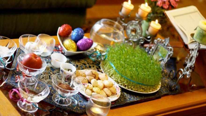 Una mesa de Haft Sin, con siete objetos o alimentos que comienzan con la letra S y representan valores como salud y alegría.