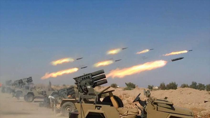 Las unidades del Ejército siria lanzan cohetes contra las posiciones de los terroristas.