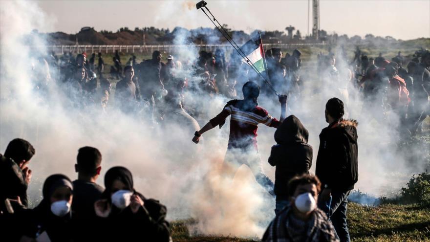 Fuerzas israelíes lanzan gases lacrimógenos contra manifestantes palestinos en la Franja de Gaza, 8 de marzo de 2019. (Foto: AFP)
