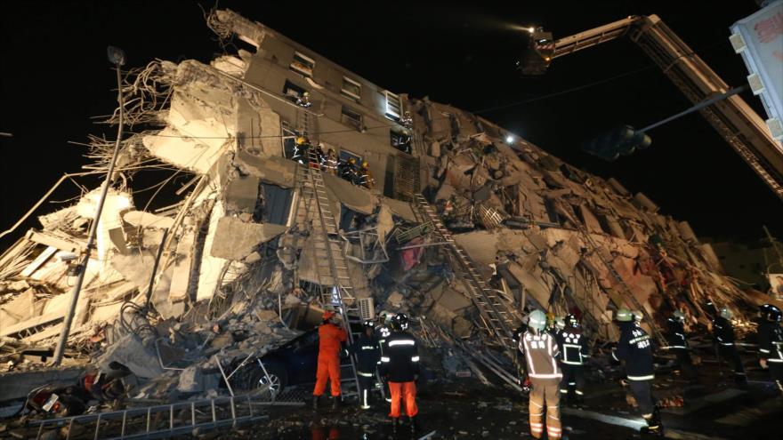 Un edificio destrozado por el fuerte terremoto en el sur de Taiwán.
