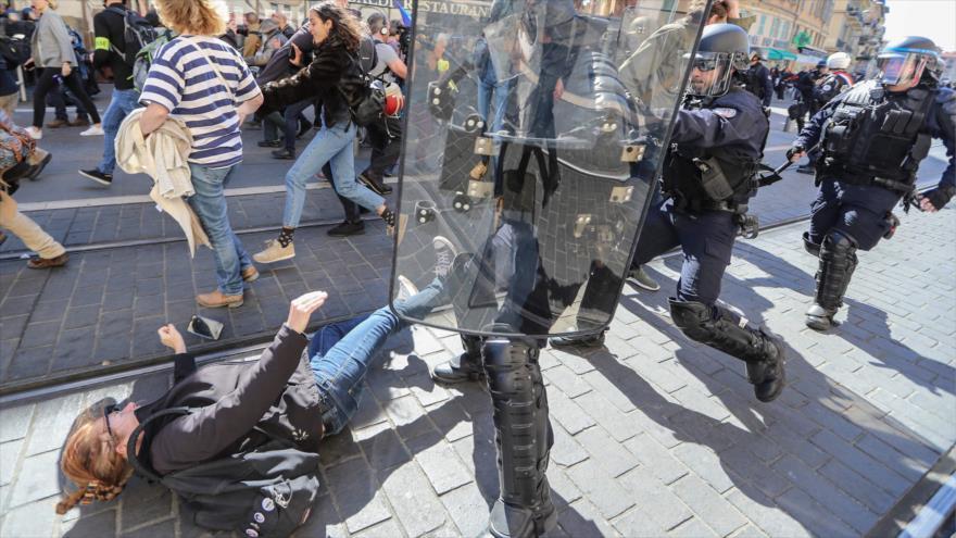 Agentes de policía de Francia chocan con manifestantes en una protesta contra el gobierno de Macron en Niza, sur de Francia, 23 de marzo de 2019. (Foto: AFP)