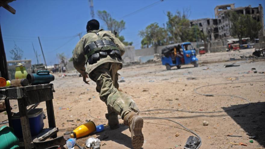 Un soldado somalí cerca de la escena de ataques terroristas en Mogadiscio, (la capital), 23 de marzo de 2019. (Foto: AFP)