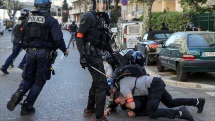Policía francesa choca con chalecos amarillos y detiene a decenas