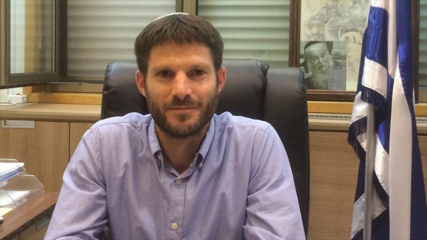 El diputado ultraderecha israelí Bezalel Smotrich en su oficina.