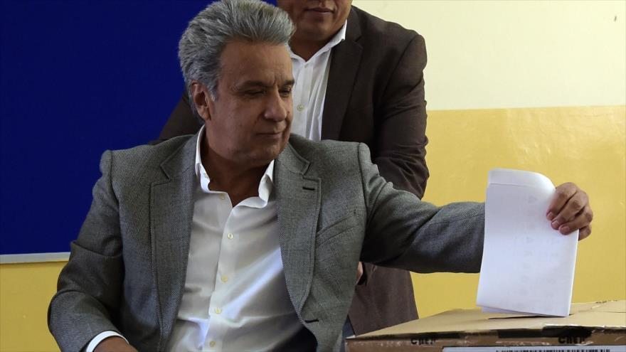 El presidente de Ecuador, Lenín Moreno, emite su voto en las elecciones locales de su país, Quito, 24 de marzo de 2019. (Fuente: AFP)