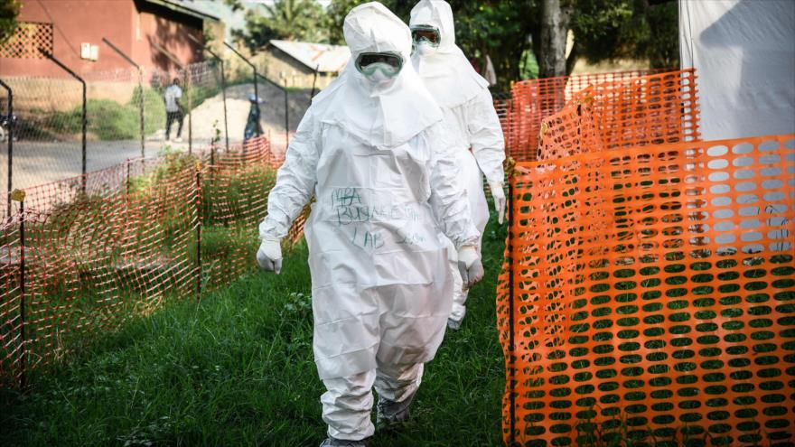 Personal médico de la Unidad de tratamiento del ébola en un hospital en la frontera con la República Democrática del Congo (RDC), 12 de diciembre de 2019. (Foto: AFP)