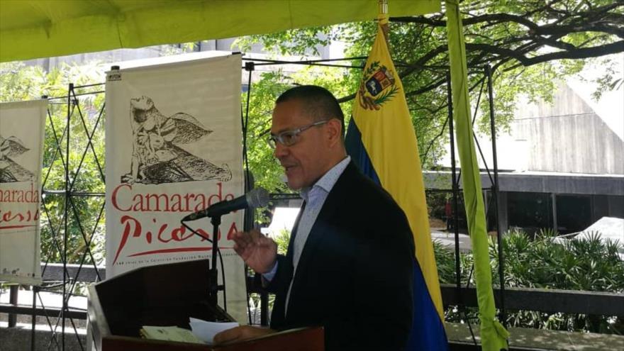 EL ministro de cultura venezolano, Ernesto Villegas, en el evento de la clausurada de la exposición Camarada Picasso en Caracas (capital de Venezuela)