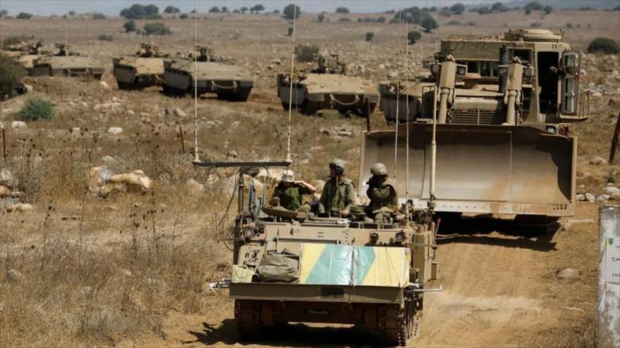 Vehículos blindados israelíes participan en un simulacro en los altos del Golán, 7 de agosto de 2018.