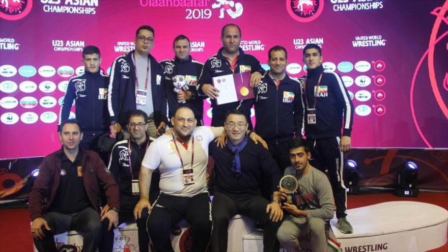 Varios miembros del equipo iraní de lucha libre posan para una foto durante la celebración del Campeonato Asiático Sub 23 en Mongolia, marzo de 2019.
