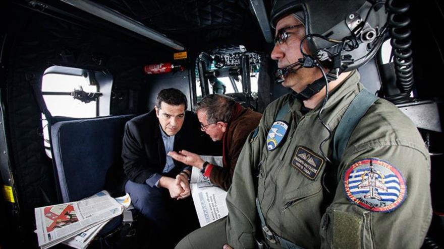 El primer ministro griego, Alexis Tsipras, viaja en su helicóptero sobre el mar Egeo.