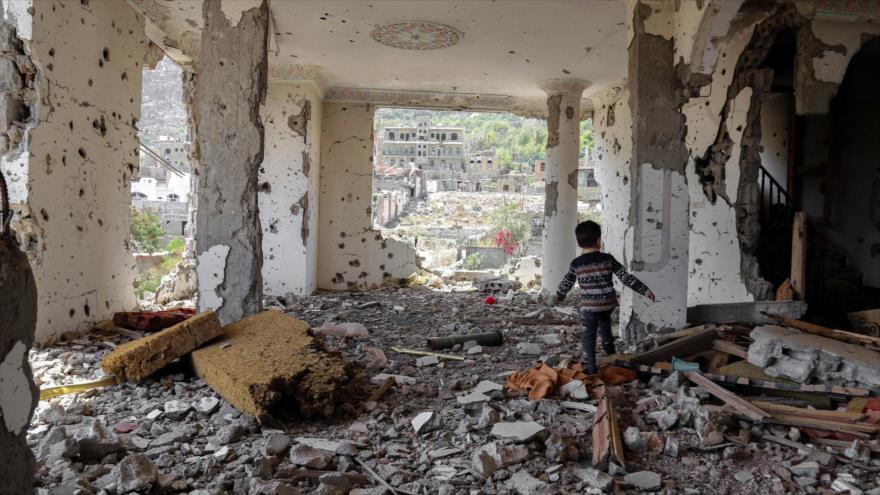 Un niño yemení caminando entre los escombros de un edificio que fue destruido en un ataque aéreo saudí en Taiz, 18 de marzo de 2018. (Foto: AFP)