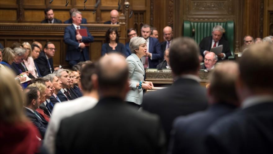 La primera ministra británica, Theresa May (centro), en la Cámara de los Comunes, Londres, 25 de marzo de 2019. (Foto: AFP)