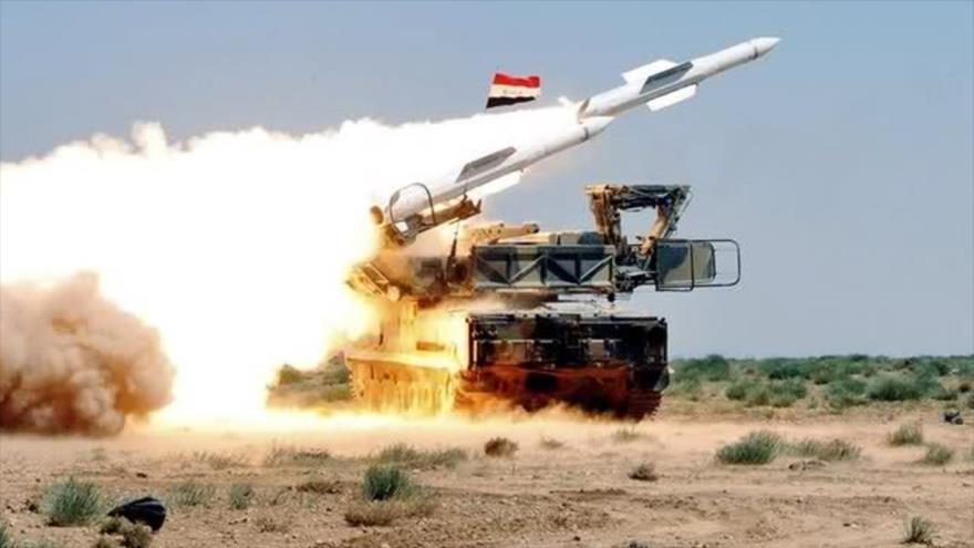 La Fuerza Aérea de Siria lanza un misil durante unos ejercicios militares en una ubicación desconocida.