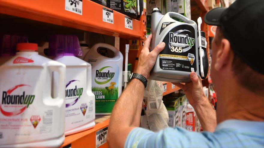 Un cliente compra productos Roundup del grupo Monsanto