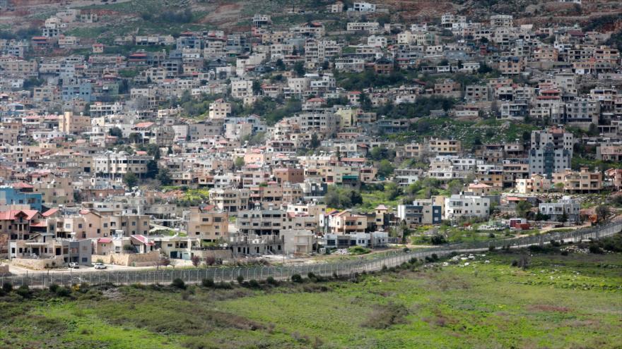 Una cerca separa la ciudad siria de Ayn al-Tineh y los altos del Golán ocupados por el régimen de Israel, 26 de marzo de 2019. (Foto: AFP)