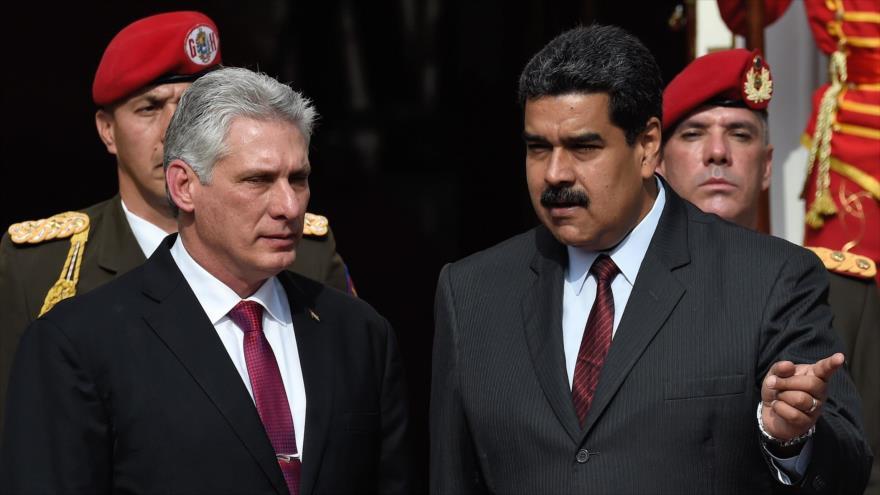 El presidente cubano, Miguel Díaz-Canel (izda.), y su par venezolano, Nicolás Maduro, durante una reunión en Caracas, 30 de mayo de 2018. (Foto: AFP)