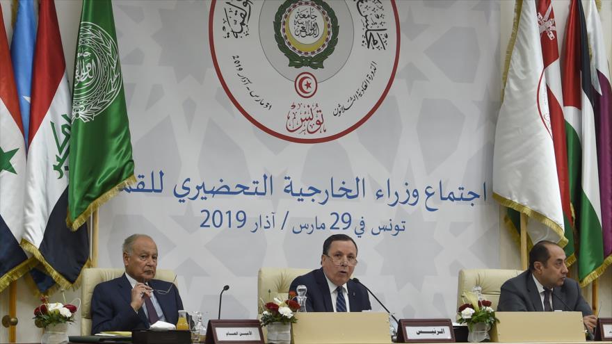 El secretario general de la Liga Árabe, Ahmed Aboul Gheit (izq.), en una reunión ministerial del bloque en Túnez, 29 de marzo de 2019. (Foto: AFP)