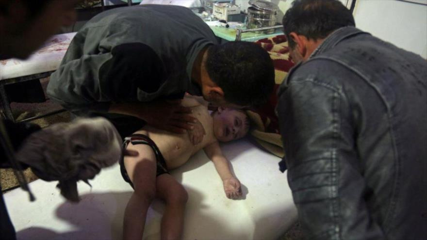 Los llamados cascos blancos usan a niños para escenificar un ataque químico en Duma (Siria), 7 de abril de 2018.