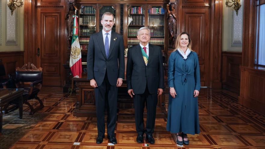 El presidente mexicano, Andrés Manuel López Obrador (centro), junto al rey de España, Felipe VI, en México, el 1 de diciembre de 2018. (Foto: AFP)