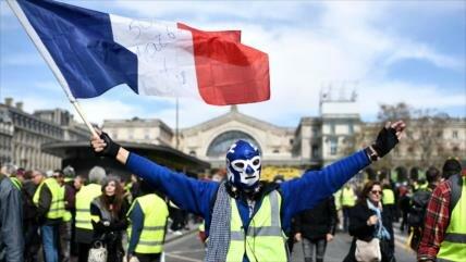 Vídeo: 'Chalecos amarillos' chocan con la policía francesa