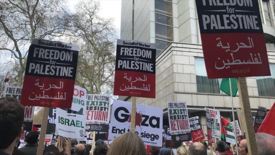Vídeo: Cientos de británicos protestan frente a la embajada israelí