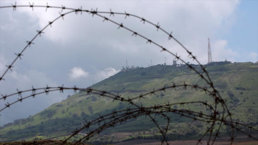 Un puesto militar israelí en los ocupados altos del Golán fotografiado desde la ciudad siria de Al-Quneitra, 26 de marzo de 2019. (Foto: AFP)