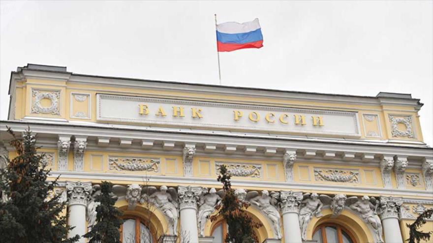 Parte superior del edificio del Banco Central de Rusia, en Moscú (la capital).